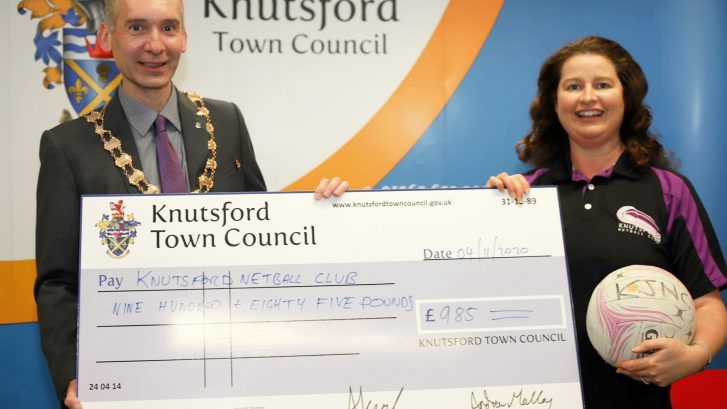 Mayor presents cheque to Netball Club