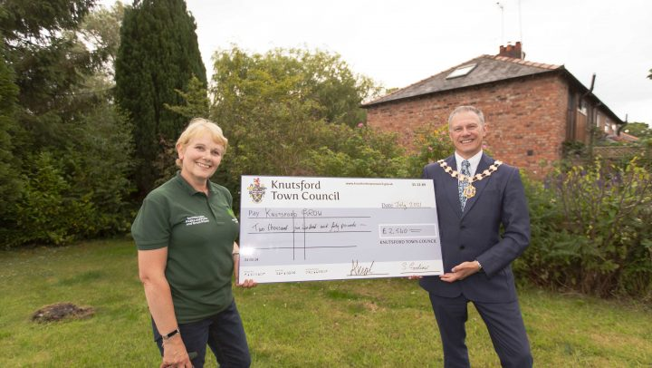 Town Mayor presents cheque to Knutsford GROW